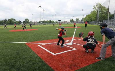 Varennes: inauguration du premier terrain de baseball synthétique au Québec