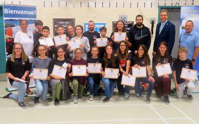 Le maire de Verchères, Alexandre Bélisle, honore des étudiants de l'école Ludger-Duvernay