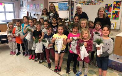 Suzanne Dansereau distribue plus de 200 arbres dans les écoles du comté