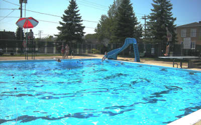 Les ministres Danielle McCann et Andrée Laforest autorisent l'ouverture estivale des espaces publics extérieurs tels que les piscines