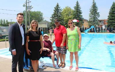 Contrecoeur: une chaise pour personne à mobilité fait son entrée à la piscine municipale