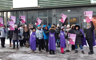 Responsables en services éducatifs à la petite enfance: manifestation devant le bureau du député Jean-Bernard Emond à Sorel-Tracy
