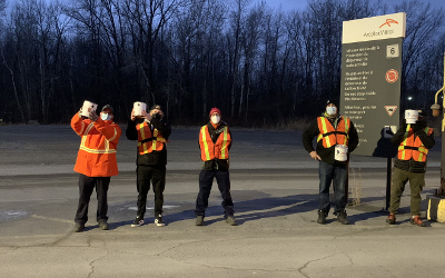 Les métallos de l'usine d'ArcelorMittal se mobilisent pour leur communauté: des laissez-passer de cinéma pour les jeunes et plusieurs milliers de dollars amassés